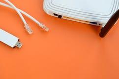Internet-Router, tragbarer Adapter USBs Wi-Fi und Internet verkabeln p Lizenzfreie Stockfotos