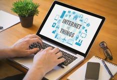 Internet rzeczy na sreen przy laptopem na miejsca pracy mocku Zdjęcia Stock