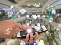 Internet rzeczy wprowadzać na rynek pojęcia, klienta use zastosowanie szukać, kupować, płaci produkt w wydziałowym sklepie lub ha Obraz Stock
