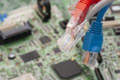 Internet-schakelaar dichte omhooggaande die macro op de raad van de computerkring wordt geschoten stock foto
