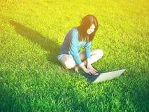 Internet sem fio do uso da mulher no portátil dentro Foto de Stock Royalty Free