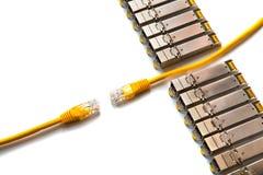 Internet SFP u. x28; Kleiner Form-Faktor Pluggable& x29; Netzmodule und gelbe Verbindungskabel mit RJ45 Lizenzfreie Stockbilder