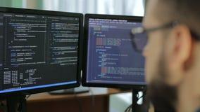 Internet-Sucht-Reflexions-Hacker-Verbrechen Cyber-Terrorismus-Passwort-Zerhacken stock video