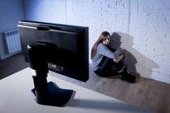 Internet sufridor abusado mujer del adolescente cyberbullying deprimido triste asustada en la expresión de la cara del miedo Foto de archivo libre de regalías