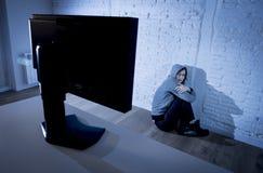 Internet sufridor abusado mujer del adolescente cyberbullying deprimido triste asustada en la expresión de la cara del miedo Imagen de archivo