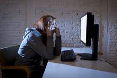 Internet sufridor abusado mujer del adolescente cyberbullying deprimido triste asustada en la expresión de la cara del miedo Imagen de archivo libre de regalías