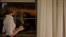 Internet surfando da mulher loura nova bonita em seu portátil filme