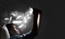 Internet surfant avant sommeil Images libres de droits