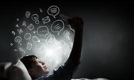 Internet surfant avant sommeil Image stock
