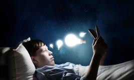 Internet surfant avant sommeil Photos stock