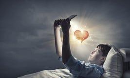 Internet surfant avant sommeil Photo libre de droits