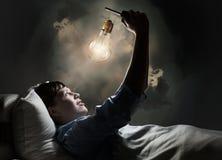 Internet surfant avant sommeil Photo stock