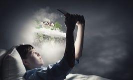 Internet surfant avant sommeil Photos libres de droits