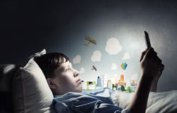 Internet surfant avant sommeil Photographie stock