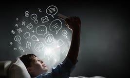 Internet surfant avant sommeil Photographie stock libre de droits