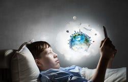 Internet surfant avant sommeil Image libre de droits