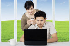 Internet surfant de couples en ligne sur l'ordinateur portable Photographie stock