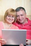 Internet surfant de famille entre deux âges Image stock