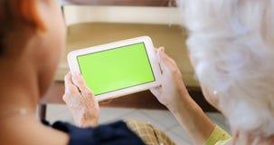 Internet surfant de grand-mère et de petit-enfant avec la tablette Image stock