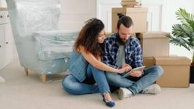 Internet surfant de jeune appartement de couples nouvel clips vidéos