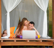 Internet surfant de sourire heureux de couples Image libre de droits