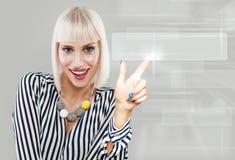 Internet-Surfenund -wWW-Konzept mit dem Zeigen von Blondinen Lizenzfreies Stockbild