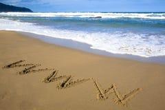 Internet-Symbolabgehobener betrag auf Strand Stockfoto