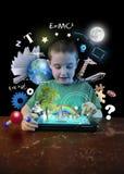 Internet-Tablet-Junge mit dem Lernen von Werkzeugen stockbilder
