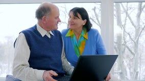 Internet-technologie, hogere paarbespreking in skype die laptop binnen met behulp van stock video