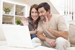 Internet-Telefon-Aufruf der Paar-VOIP auf Laptop-Computer Lizenzfreies Stockfoto