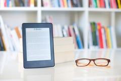 Internet und elektronisches Buchkonzept mit eBook Leser stockfotografie