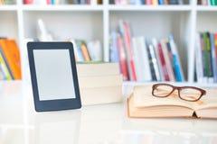 Internet und elektronisches Buchkonzept mit eBook Leser stockbild