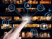 Internet van dingen het futuristische domotic tonen als achtergrond verbindt Stock Afbeeldingen