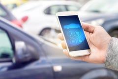 Internet van dingen IOT mobiele app in slimme telefoon voor auto stock afbeeldingen