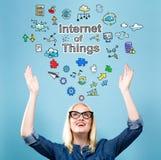 Internet van Dingen met jonge vrouw stock afbeelding