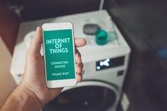 Internet van dingen, smartphone die aan doekwasmachine verbinden en royalty-vrije stock afbeeldingen