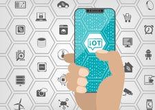 Internet van dingenconcept met IOT-tekst dat op frameless touchscreen van moderne vattings vrije smartphone wordt getoond met div stock illustratie