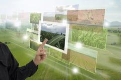 Internet van thingsagricultureconcept, de slimme landbouw, industriële landbouw De hand van het landbouwerspunt om vergrote werke stock afbeelding