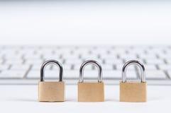 Internet-veiligheidsconcept met hangslot die computer beschermen tegen royalty-vrije stock fotografie