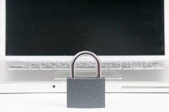Internet-veiligheidsconcept met hangslot die computer beschermen tegen royalty-vrije stock foto