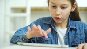 Internet-verslaving die door jong geitje online spelen op tablet spelen stock videobeelden
