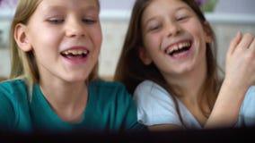 Internet-verslaving die door jonge geitjes online spelen op laptop spelen stock videobeelden