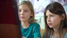 Internet-verslaving die door jonge geitjes online spelen op laptop spelen stock footage
