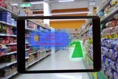 Internet von den Sachen, die Konzepte, intelligente vergrößerte Wirklichkeit, Kundengriff die Tablette vermarkten, um das Produkt Lizenzfreies Stockbild