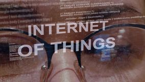 Internet von Sachen simsen auf Hintergrund des weiblichen Entwicklers stock video