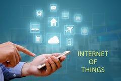 Internet von Sachen u. von x28; IOT& x29; Konzept Geschäftsmannholding und -anwendung lizenzfreies stockfoto