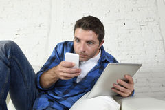 Internet y la tecnología jovenes envician establecimiento de una red del hombre con el teléfono móvil y la tableta digital Imagen de archivo libre de regalías