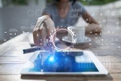 Interneta, biznesu i technologii pojęcie, Ikon, diagramów i wykresów tło na wirtualnym ekranie, Zdjęcia Stock