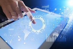 Interneta, biznesu i technologii pojęcie, Ikon, diagramów i wykresów tło na wirtualnym ekranie, Zdjęcie Royalty Free