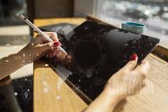 Interneta, biznesu i technologii pojęcie, Ikon, diagramów i wykresów tło na wirtualnym ekranie, Obrazy Royalty Free